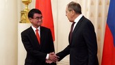 Ngoại trưởng Nhật Bản Taro Kono và Ngoại trưởng Nga Sergei Lavrov. Ảnh: TASS
