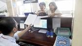 Làm hồ sơ thuế tại Cục Thuế TPHCM. Ảnh: THÀNH TRÍ