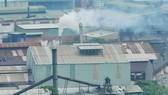 Khói thải từ sản xuất tại phường Đông Hưng Thuận, quận 12     Ảnh: THÀNH TRÍ