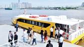 Hành khách đi buýt đường sông                                                                                                        Ảnh: THÀNH TRÍ