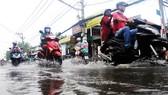 Ngập nước do triều cường trên đường Lê Văn Lương, huyện Nhà Bè, TPHCM