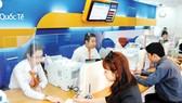 Giao dịch vay tiêu dùng tại một ngân hàng                                                          Ảnh: CAO THĂNG