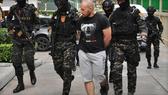 Sergey Medvedev (giữa) bị cảnh sát bắt giữ. Nguồn: AP
