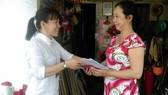 Cán bộ UBND phường 16, quận 11 trả hồ sơ hành chính tại nhà cho người dân