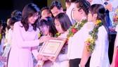 """Đồng chí Nguyễn Thị Thu, Phó Chủ tịch UBND TPHCM, trao giấy khen """"Học sinh 3 tích cực"""". Từ phong trào này, nhiều học sinh trưởng thành và được kết nạp Đảng"""
