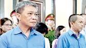 Cựu Chủ tịch HĐQT Hoàng Văn Toàn (trái) và Tổng giám đốc TrustBank Trần Sơn Nam tại tòa