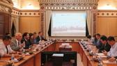 Buổi làm việc  giữa ông Lê Thanh Liêm, Phó Chủ tịch Thường trực UBND  với ông Carel Richter -Tổng Lãnh sự Hà Lan cùng đoàn chuyên gia, công ty trong lĩnh vực quản lý nước. Ảnh: VOH