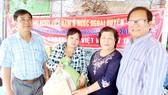 Vợ chồng ông Chương (bên phải) tặng quà đồng bào nghèo trong dịp Tết 2018