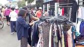 Lựa chọn quần áo đã qua sử dụng (ảnh chụp tại chân cầu Thị Nghè 1 lúc 6 giờ 20 phút ngày 27-5-2018)