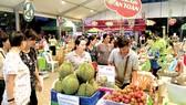Các mặt hàng trái cây an toàn được bày bán trên  thị trường                                                                                     Ảnh: CAO THĂNG
