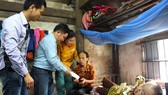 Đại diện Báo SGGP trao số tiền 9,6 triệu đồng của bạn đọc cho bà Trần Thị Hồng ở thôn Lam Long, xã Xuân Hải, huyện Nghi Xuân, tỉnh Hà Tĩnh