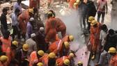 Lực lượng cứu hộ làm nhiệm vụ tại hiện trường một vụ sập nhà ở Ấn Độ. Ảnh: TTXVN