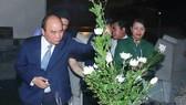Thủ tướng Nguyễn Xuân Phúc dâng hoa, thắp hương tưởng niệm tại khu mộ 10 nữ anh hùng liệt sĩ TNXP Ngã ba Đồng Lộc, Hà Tĩnh