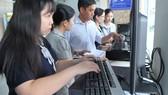 Doanh nghiệp kê khai thuế qua mạng                                      Ảnh: CAO THĂNG