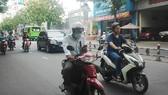 Vừa lái xe vừa xem tin nhắn trên điện thoại di động  luôn tiềm ẩn nguy cơ tai nạn giao thông rất cao