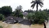 Nhiều ngôi nhà bị nhấn chìm trong nước lũ ở bang Kerala, miền Nam Ấn Độ. Nguồn: TTXVN