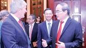 Bí thư Thành ủy TPHCM Nguyễn Thiện Nhân trao đổi với Bộ trưởng Damien O'Connor. Ảnh: CAO THĂNG