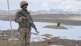 Binh sĩ Pakistan canh gác tại khu vực Lwara Fort, trên biên giới giáp Afghanistan. Ảnh: REUTERS
