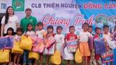 Trao quà các học sinh khó khăn biết vươn lên học tốt ở Bình Thuận