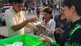 Nhóm từ thiện của gia đình chị Bình phát suất ăn miễn phí cho bệnh nhân và người nuôi bệnh ở Bệnh viện Bệnh nhiệt đới TPHCM