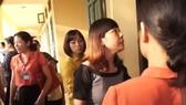 Phụ huynh bức xúc kéo lên Trường Tiểu học Sơn Đồng (Hoài Đức, Hà Nội) truy vấn vềtình trạng lạm thu đầu năm học