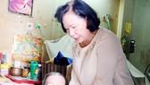 Dì Phương Ngọc Hạnh tới thăm và tặng quà bà Châu Thị Tố