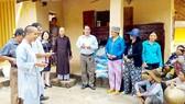 Một buổi phát gạo và mùng mền tặng bà con nghèo vùng lũ thuộc huyện Bình Sơn, tỉnh Quảng Ngãi