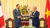 Bí thư Thành ủy TPHCM Nguyễn Thiện Nhân tặng  Thủ tướng Pháp Édouard Philippe mô hình Nhà hát Thành phố   Ảnh: DŨNG PHƯƠNG