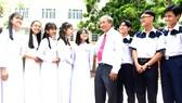Thầy Bùi Trí Hiệp, Hiệu trưởng Trường THPT Mạc Đĩnh Chi  (quận 6) cùng các học trò