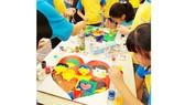 Các bé tham gia chương trình Global Art day tại Hà Nội  để quyên góp tiền phẫu thuật cho trẻ em bị dị tật bẩm sinh của Quỹ Thiện Nhân và những người bạn