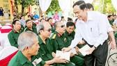 Đồng chí Trần Thanh Mẫn thăm hỏi và tặng quà cho các thương bệnh binh nặng tại tỉnh Hà Nam