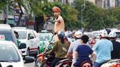 Cảnh sát giao thông làm nhiệm vụ điều tiết, phân luồng giao thông trong giờ cao điểm