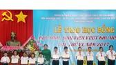Phó bí thư Thường trực Tỉnh ủy, Chủ tịch HĐND tỉnh Trần Tuệ Hiền trao học bổng cho học sinh vượt khó học tốt