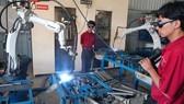 Sử dụng robot trong sản xuất tại Công ty Nhựa Chợ Lớn. Ảnh: CAO THĂNG