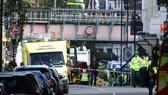 Cảnh sát, lính cứu hỏa và cứu thương có mặt tại hiện trường vụ nổ bom. Ảnh: Reuters