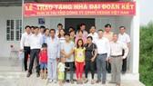 Lãnh đạo UBND xã và Vedan Việt Nam trao nhà tặng 3 hộ