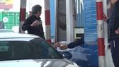 Tài xế dùng tiền mệnh giá nhỏ mua vé qua trạm thu phí Quốc lộ 5