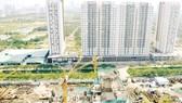 Các cao ốc đã và đang xây dựng bên đường Nguyễn Hữu Thọ, huyện Nhà Bè, TPHCM. Ảnh: CAO THĂNG