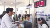 Người dân sử dụng dịch vụ công tại chính quyền điện tử quận 12 (TPHCM)
