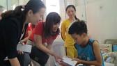 Bà Trần Thị Kim, Phó Giám đốc BIDV chi nhánh Nam Kỳ Khởi Nghĩa và đại diện báo SGGP tặng quà cho bệnh nhi tại Khoa ung bướu huyết học bệnh viện Nhi đồng 2 TPHCM