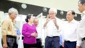 Lãnh đạo Công ty TNHH Lập Phúc chia sẻ với Phó Bí thư Thành ủy TPHCM Võ Thị Dung về sự đóng góp của chi bộ, của các đảng viên với hoạt động sản xuất ở công ty. Ảnh: MẠNH HÒA