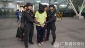 Cảnh sát đặc nhiệm áp giải một ngi phạm bị bắt ở tỉnh Quảng Đông. Ảnh do Cảnh sát Quảng Đông công bố  