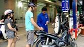 Đổ xăng tại cây xăng trên đường Nguyễn Thị Thập chiều 16-5. Ảnh: CAO THĂNG
