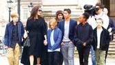 Angelina Jolie không thể mang con ra khỏi nước Mỹ