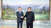 Tổng thống Hàn Quốc Moon Jae-in (trái) và Nhà lãnh đạo Triều Tiên Kim Jong-un trong cuộc gặp bất ngờ tại làng đình chiến Panmunjom ngày 26-5.