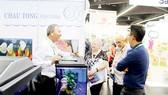 Khách tham quan trao đổi với ông Tống Hữu Châu tại Hội chợ - Triển lãm Interzoo. Ảnh: NGUYỄN HIẾU THẢO