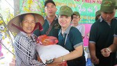 Tặng quà bà con nghèo tại An Giang