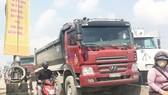 Xe tải chiếm làn đường xe máy
