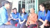Thăm hỏi, chăm sóc các mẹ Việt Nam anh hùng là hoạt động thường xuyên của thanh niên huyện Củ Chi. Ảnh: MẠNH HÒA