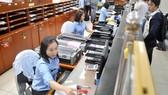 Hải quan tại cảng Cát Lái giải quyết hồ sơ xuất nhập khẩu của doanh nghiệp. Ảnh: CAO THĂNG